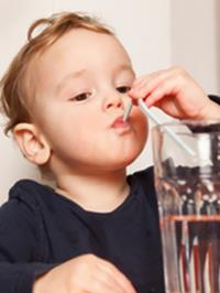天热就要给宝宝多喝水?小心喝不对,后果很严重!